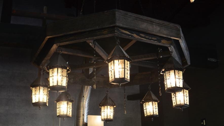 【ネバーランド】海賊船の舵をイメージした照明は暖かい光。
