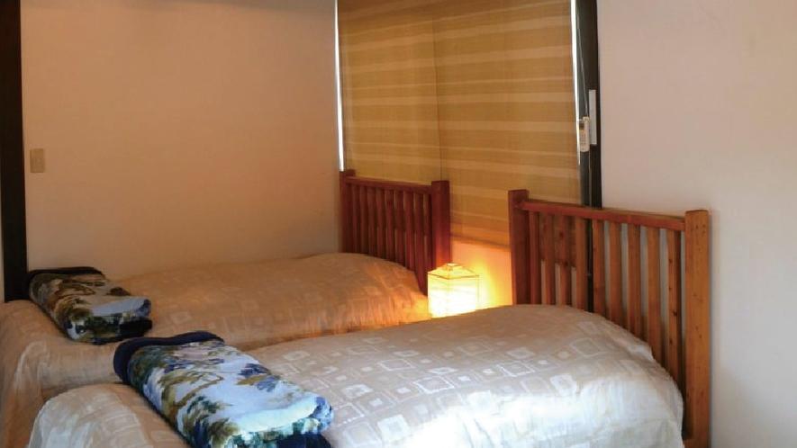 【むらさき】2階寝室。個室は全部で4部屋。グループにおすすめ。