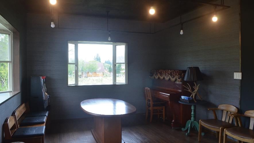 【ネバーランド】心地よい風が吹きぬけるリビングにはピアノもあります。
