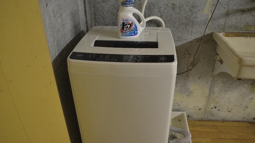 【備品】洗濯機と洗剤があるので、連泊や汚れたときにも安心。