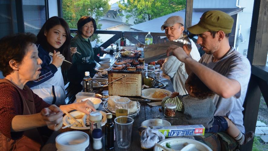 【むらさき】デッキで家族大集合の食事会はいかがですか。