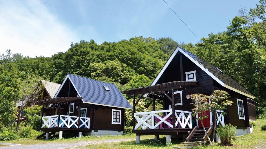 【赤&青ログ】外観。2-4名様用の小さくてかわいいログハウス。