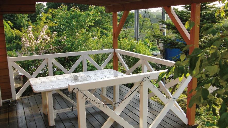 【白ログ】蒜山の大自然を感じることができる屋根付きBBQデッキ。