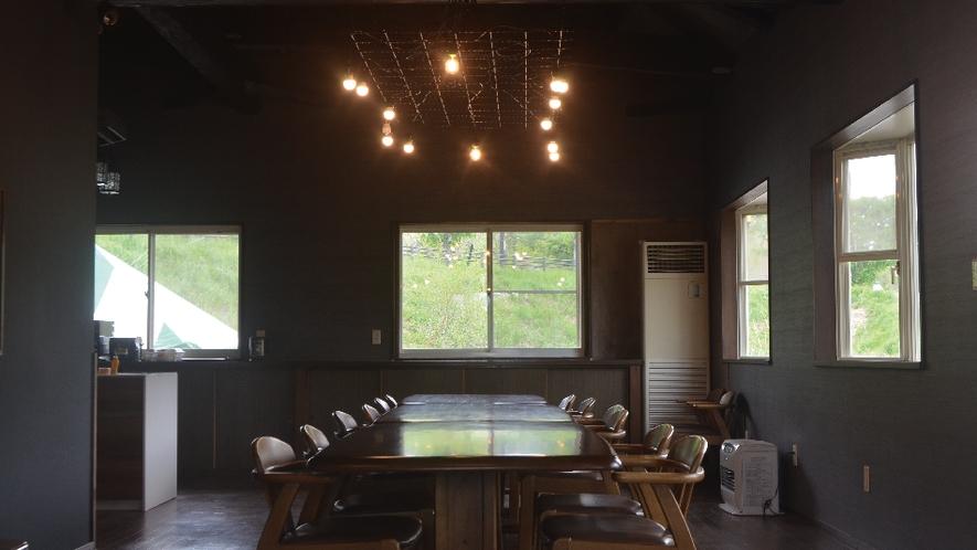 【ネバーランド】吹き抜けのしたには広々としたダイニングテーブル。大人数でたくさんおいしいものを作って