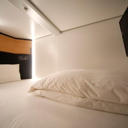 ◆枕元には、電源やUSB、照明調整やTVリモコン、専用イヤホンを用意