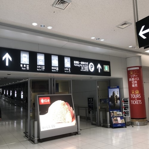 中部国際空港から浜松駅行きシャトルバスまで②矢印の方向にまっすぐ進みます