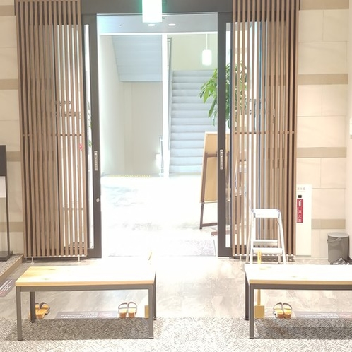 ◆フロントからエントランス ザザシティーへの階段は20時にクローズします