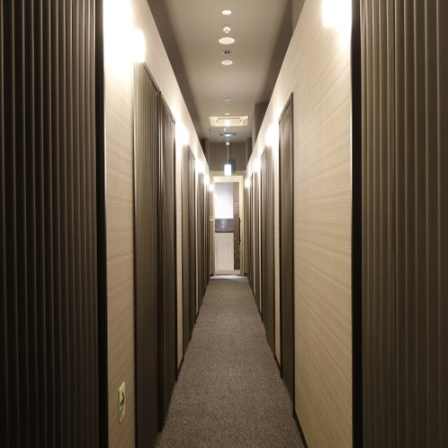 ◆キャビン出入口は全て頑丈なアコーディオンカーテン。ベッド横にはロールカーテンも。