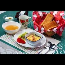 焼き立てパンとみずみずしいサラダなどの洋朝食