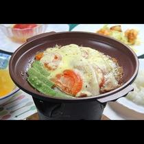 豚肉とトマトのチーズ陶板焼き