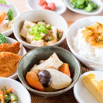 ビュッフェ形式の日替わり健康朝食無料