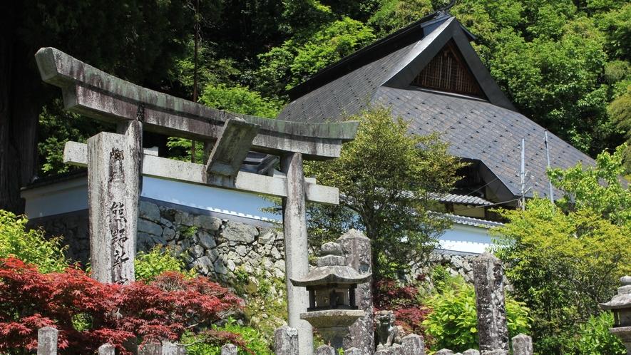 【周辺・熊野新宮神社】毎年8月31日、9月1日の例祭「八朔祭」は、造り山は町指定の無形文化財です。