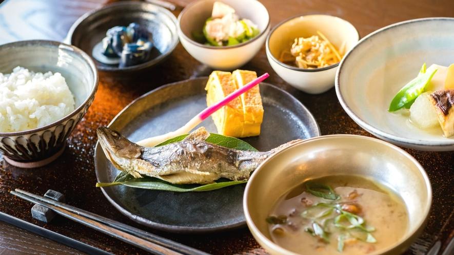 【お食事】目覚めの朝は、新鮮食材を使った栄養豊富な和朝食を。