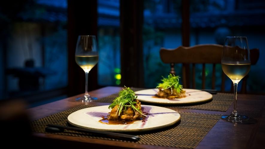 【お食事】落ち着きのある空間で、見た目にも美しい地元の味覚を心行くまでお楽しみください。