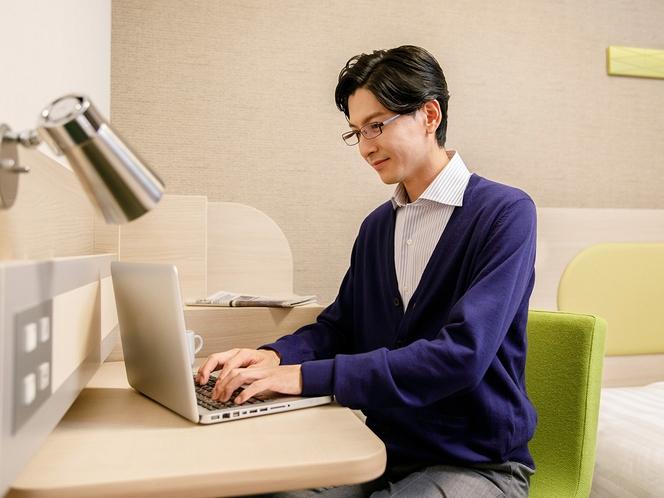 ◆自由なデスクレイアウト◆USBコンセントでPC作業やデバイス充電にも◎お仕事に便利な壁向き仕様