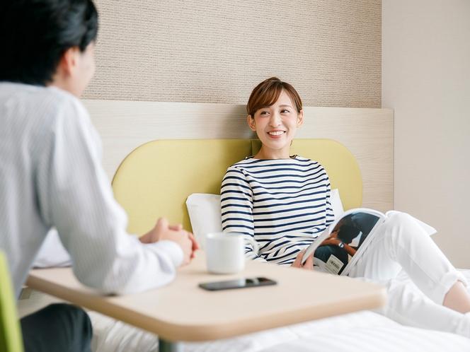 ◆自由なデスクレイアウト◆就寝時にはベッドに寄せてサイドテーブルに