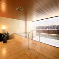 滝が流れる大浴場
