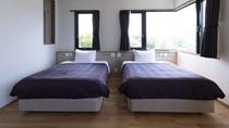 ツインのお部屋はセミダブルのベッドが2つ。大切な人とゆったりとした空間を。