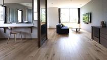 201のお部屋。大きな窓からの木漏れ日が楽しめます。