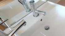 客室の洗面台です。蛇口が二つあるのは温泉水と水道水です。朝の洗顔は温泉で!
