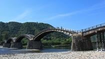 岩国にある錦帯橋です。後ろの山には岩国城。