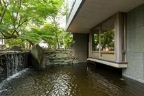 日本庭園に迫り出したメゾネットルームの和室