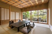 離れの宿泊室からの日本庭園