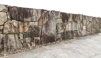 翠風荘の敷地を囲む重厚な石垣