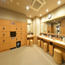 ◆男性大浴場洗面台 各種スキンケア、トニックございます。