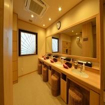 ◆女性大浴場洗面台 クレンジング、リキッド、モイスチャーローションございます。