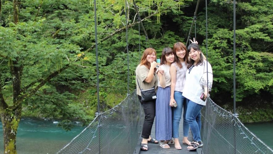 ・スリリングな絶景!夏の緑や川の景色を楽しみながら、吊り橋を渡ってみませんか