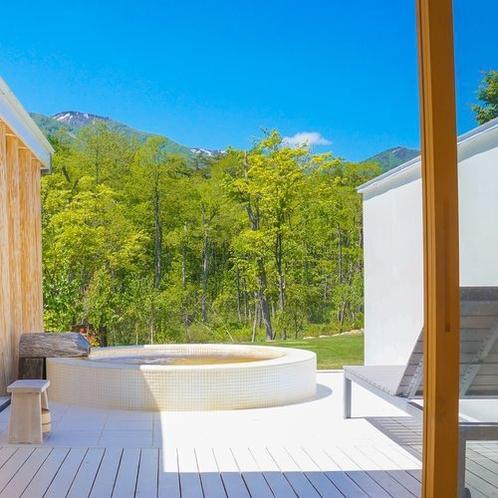 【貸切風呂】「テルマエロマエ」太い杉丸太がローマ風