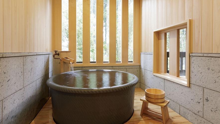 【陶器風呂+テラス付き】リビング&ツインルーム / 電気暖炉のある洋館風客室。