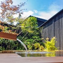 【半露天風呂】日本庭園を眺める共用の半露天風呂をご用意しています。