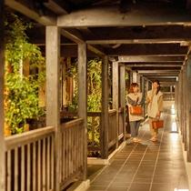 【歩廊】中庭を眺めながらの館内散策も。