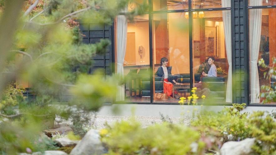 【ロビー】中庭を眺めながらお寛ぎください。