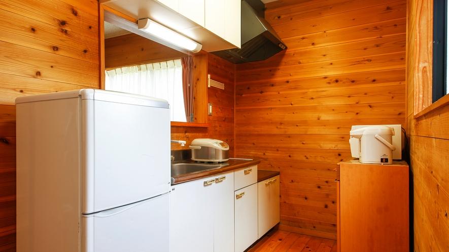 【コテージ:6名定員】キッチン(冷蔵庫や調理器具も完備しております)