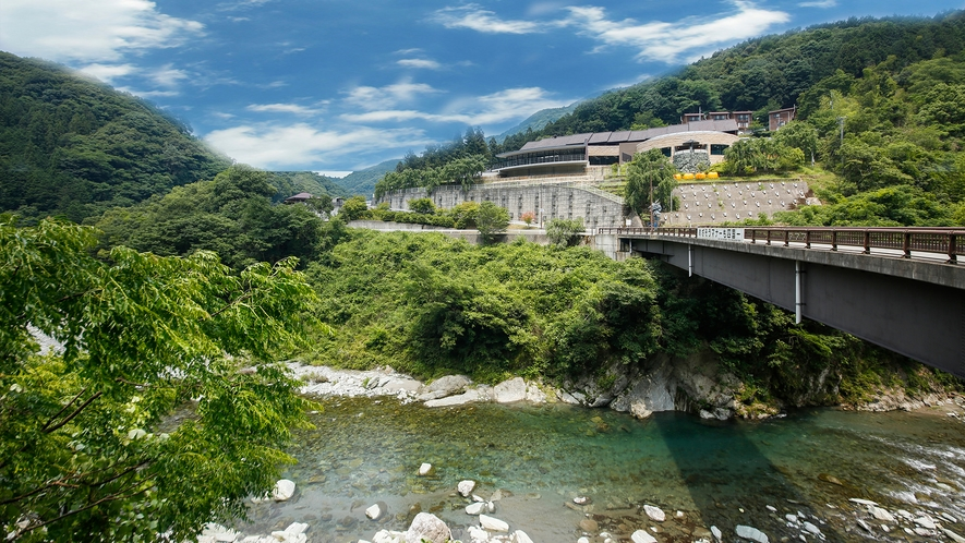 """【外観】""""日本一の清流""""穴吹川周辺に位置。生活音が少ない、自然に囲まれた環境です"""