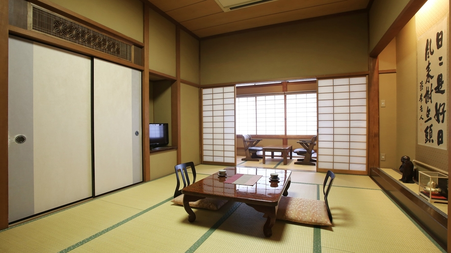 【更紗】木曽川を望む、檜造りの和室。素朴で静かな佇まいの中に、歴史と和の風情が漂います。