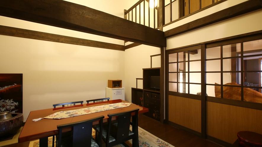 """【雅】明治時代の""""蔵""""をリニューアル、離れ風客室。木曽漆器の応接セットを配したリビング。"""