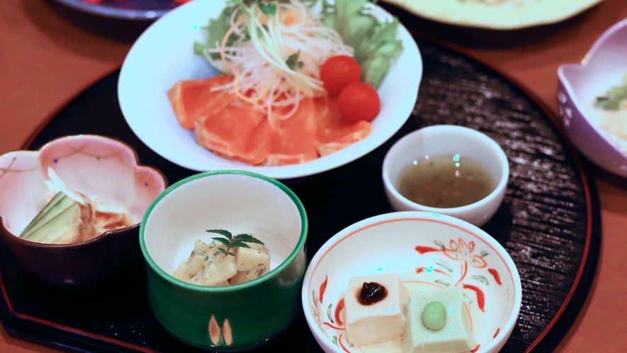 【いわや木曽路料理】前菜、信州サーモンカルパッチョ一例。