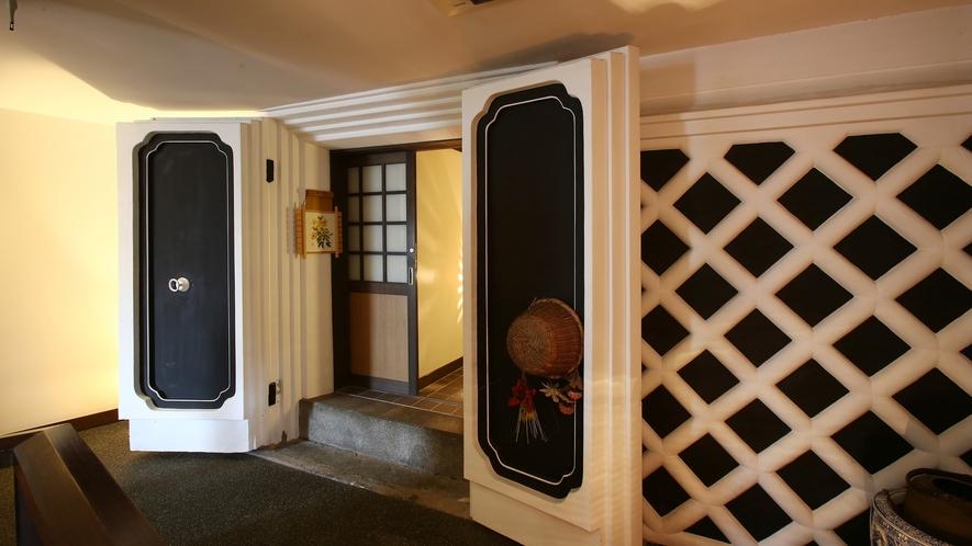 """【雅】明治時代の""""蔵""""をリニューアル、離れ風客室。二階建て。1階:リビング+10畳、2階:10畳。"""