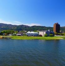 【外観】諏訪湖の畔に当館はあります