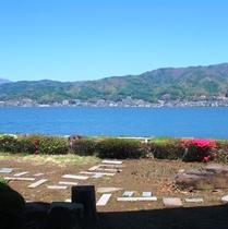 【テラス】諏訪湖の畔に当館はあります