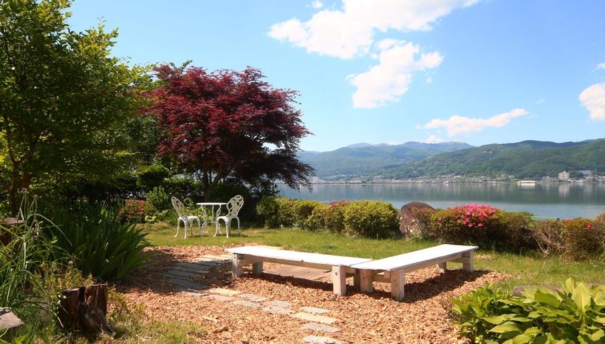 【庭】諏訪湖の畔に当館はあります。