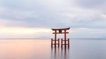 【滋賀】白髭神社。当ホテルから電車とタクシーで1時間圏内。広大な湖にポツンと輝く湖中大鳥居が人気