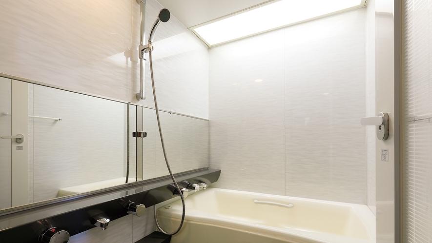 【バス(デラックスツイン)】トイレが別の洗い場付のバスルーム、独立洗面台を備えております