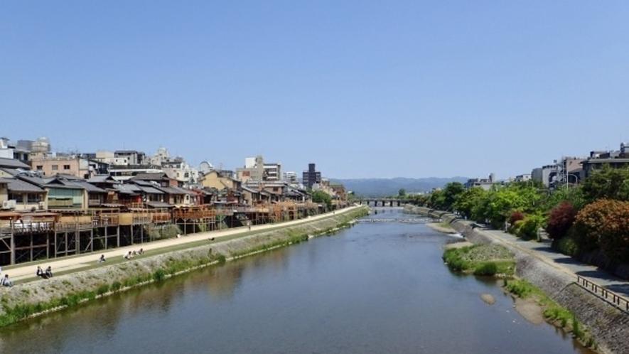 【河原町】鴨川はカップルの定番デートスポット。夏は納涼のため川床にて鱧料理を楽しめます