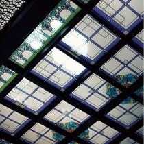【ステンドグラス天井】二条城二の丸御殿の折り上げ格子天井をモチーフとしてデザイン。