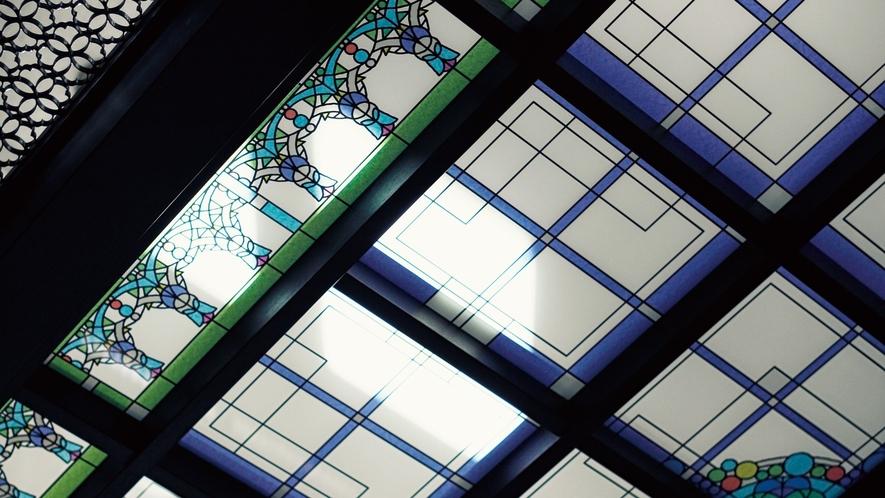 【ステンドグラス天井】二条城二の丸御殿の折り上げ格子天井をモチーフとしてデザイン